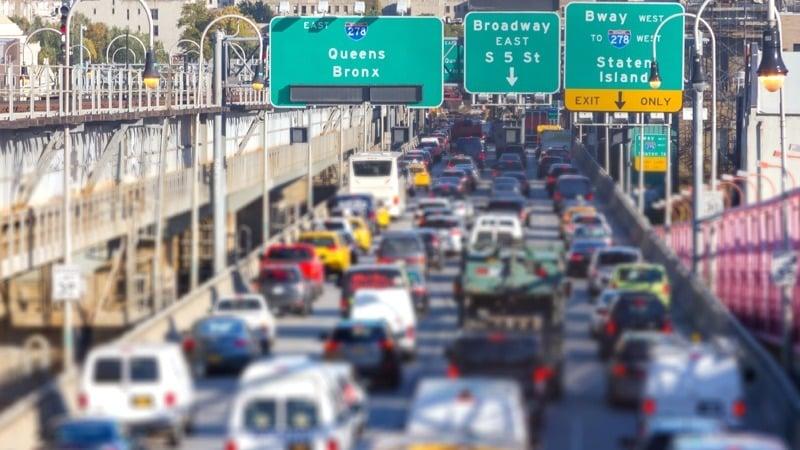 在美国驾车行驶中,不得随意鸣笛。