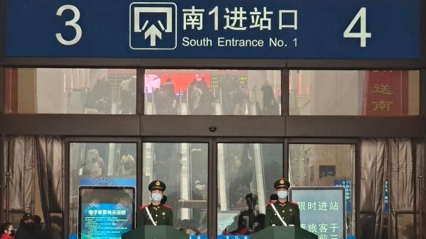 赶在武汉封城之前搭上返家末班机的法国人形容,当地几乎成了死城。图为:警员2020年1月22日在湖北汉口火车站。