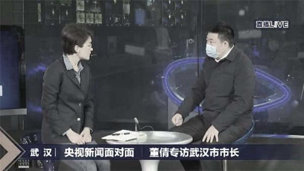 央视记者采访武汉市长周先旺(右)。(视频截图)