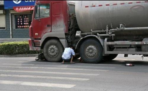 """河南荥阳市发生一起车祸,被撞的女子被卡在车轮下,连声喊疼,并央求""""不要碾死我""""。"""