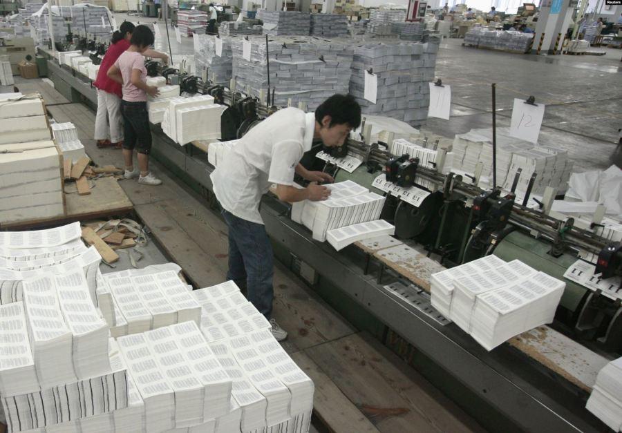 中国南京一家印刷厂的工人正在为北京奥运会的举办印刷《圣经》。
