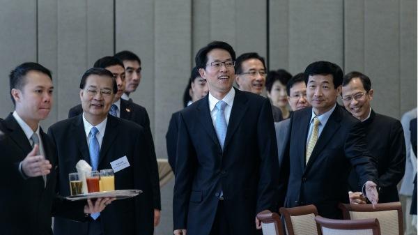 2月13日,张晓明(中)被免去港澳办主任,由中共全国政协副主席兼秘书长夏宝龙兼任港澳办主任。