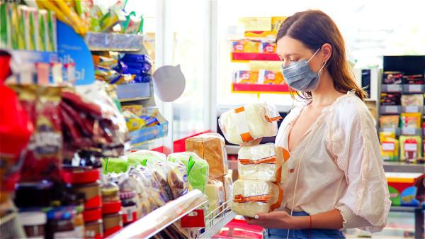 無症狀感染者可能成為防疫重要的破口,因此我們盡量戴口罩來減免風險。