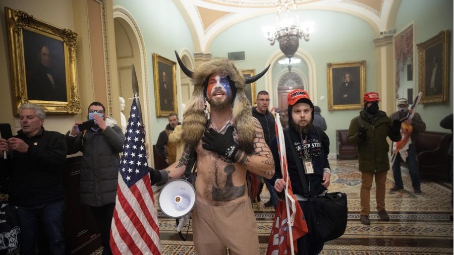 2021年1月6日,疑似安提法成员伪装为川普支持者进入了国会。(图片来源:Win McNamee/Getty Images)