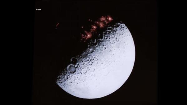 画面中显示在月球背面的阴暗面,有着令人难以置信的城市。
