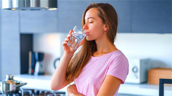 對於沒有基礎疾病者,要掌握好喝水時機,如清晨起床、三餐前一小時等時間段喝水。