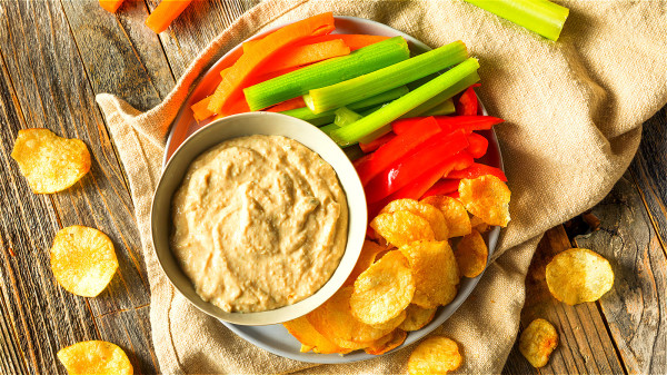 多吃具有降脂作用的有香芹、胡蘿蔔、魔芋、山楂、芝麻等。