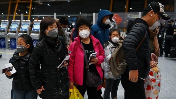 国际航班上戴着防护口罩的乘客在国际机场等待入境