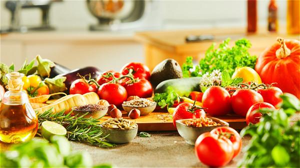 秋季养生应注意几个饮食误区,清淡饮食也可滋补身体。