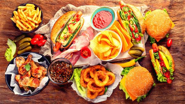 長期食用油炸食物會在身體中產生大量脂肪,加速身體衰老。