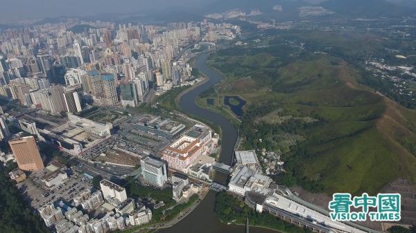 深圳和香港仅一河相隔,连系紧密。图为航拍皇岗口岸。(图片来源:Ruby Tang/看中国)
