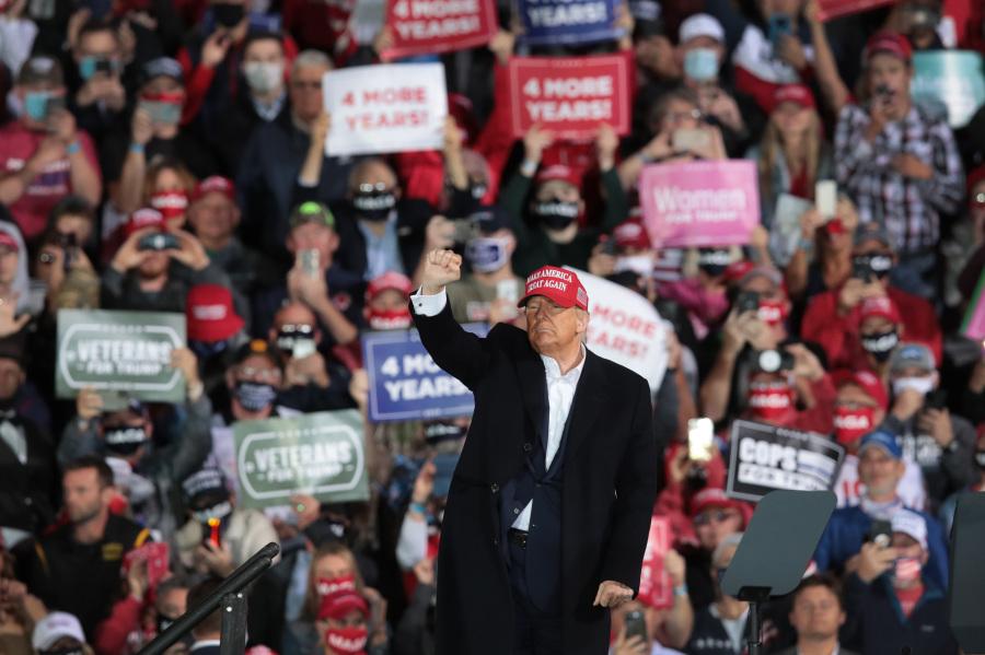 图为川普总统2020年10月14日在爱荷华州德梅因市的竞选集会上。(图片来源:Scott Olson/Getty Images)