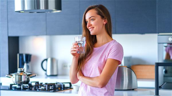 充分饮水能保持呼吸道黏膜湿润,使感冒病毒难以迅速繁殖,增强免疫。
