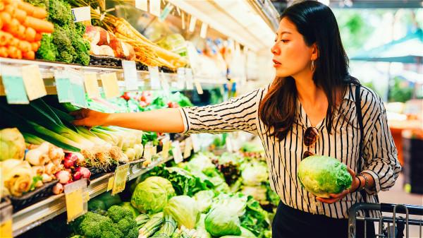 想要讓綠葉蔬菜提供的鈣得到更大的吸收和利用,每天要吃足夠的分量