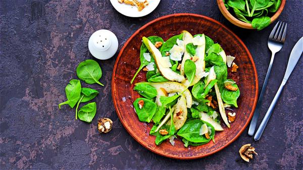 建議綠葉蔬菜多採用少量油來煮、蒸、或焯拌等烹調方式。
