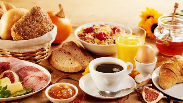沒有按時吃早飯,容易出現胃酸分泌過多或是反流的現象。