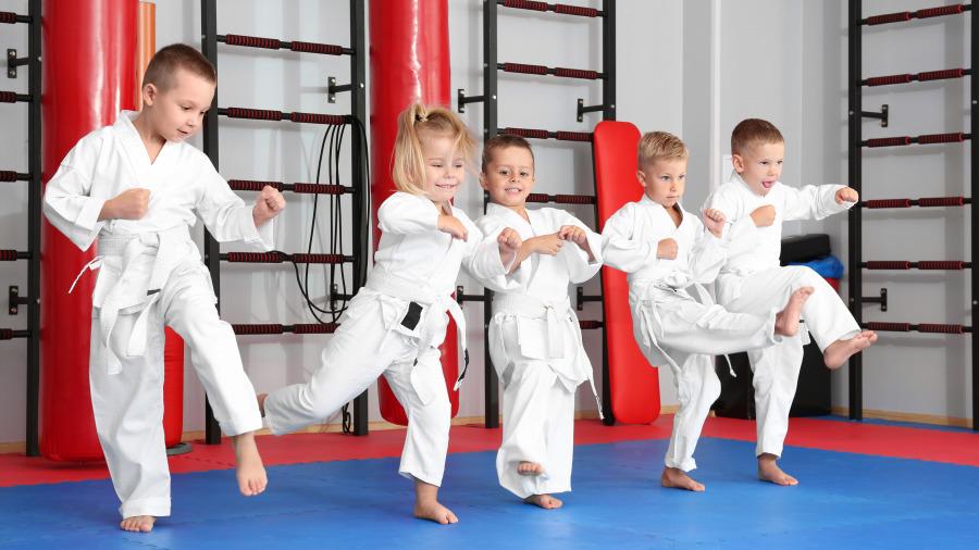 可爱小女孩跆拳道段带考试,呆萌样让人笑翻!
