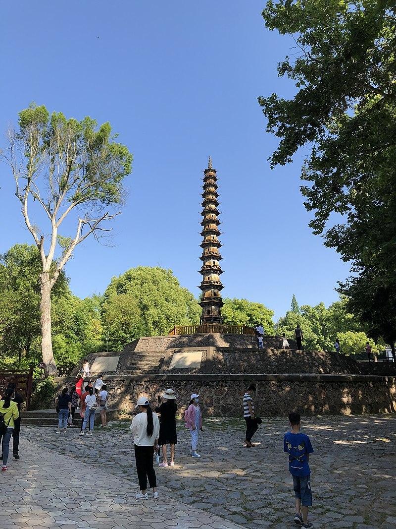 """棱金铁塔本名如来舍利塔,又名""""千佛塔"""",始建于宋朝,为玉泉古八景之一。"""