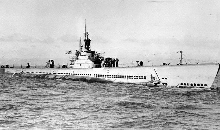 """1945年6月,浮在海上的""""射水鱼号""""潜艇。"""