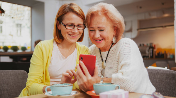 長壽秘訣,多和家人朋友談心,幫助緩解身心的壓力。