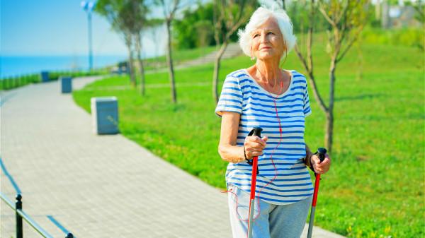 面對不適,老年人要以平常心對待,多鍛練,使身體保持在一個舒適狀態。