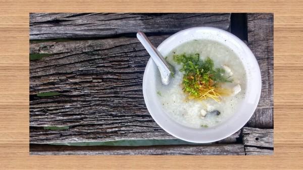 老年人吃一些有營養的粥類食物,既容易消化,又可以補充營養。