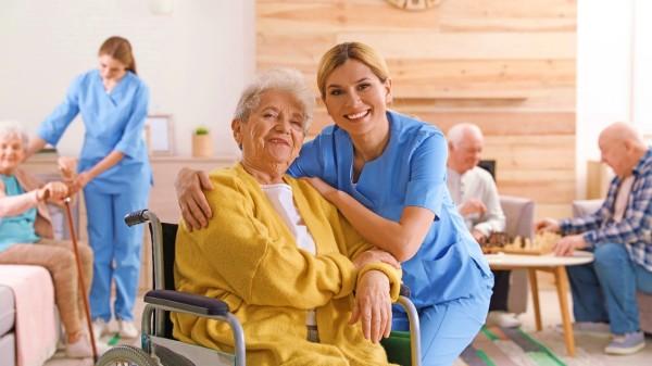 老年人骨骼中鈣的含量會逐漸減少,平時會出現腰背、四肢酸痛的感覺。