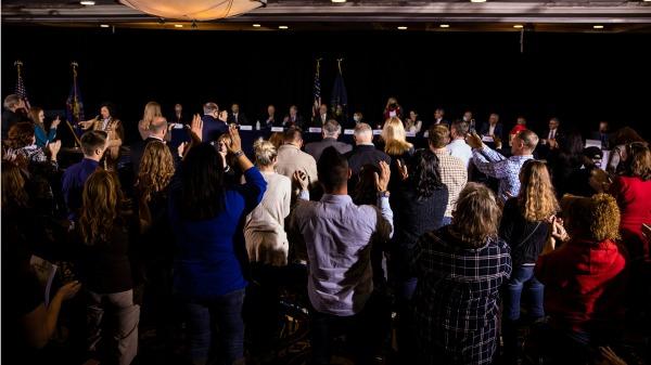 2020年11月25日,宾州参议院举行美国大选舞弊听证会现场。(图片来源:Samuel Corum/Getty Images)