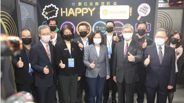 中華民國總統蔡英文參訪2020台北金融博覽會,在國泰金攤位體驗了點光明燈的AI智能算命、受邀抽籤詩,在現場抽出上上籤「一路直通好錢途、國泰民安世繁華」。