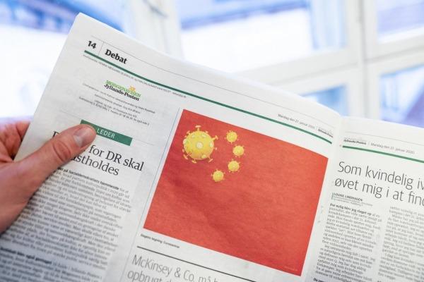 日德兰邮报日前出刊的漫画将中国五星旗改为五枚冠状病毒。