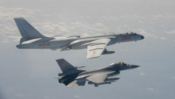F-16战机挂载实弹监控轰6