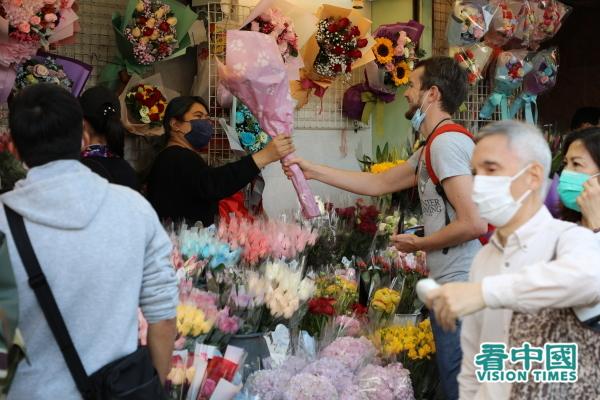 2月14日情人節,雖然武漢肺炎陰霾籠罩,但仍有港人到旺角花墟選購鮮花,表達心意。(圖片來源:宇星/看中國)