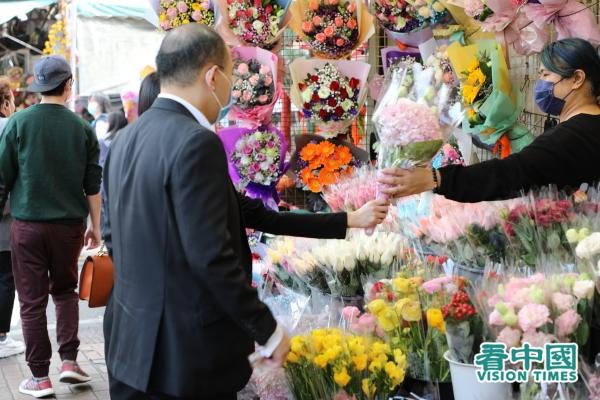 2月14日情人節,雖然武漢肺炎陰霾籠罩,但仍有港人到旺角花墟選購鮮花,表達心意。