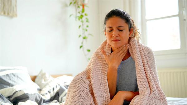 """流感病毒會""""攻擊""""呼吸道,出現咽喉痛、流淚、流鼻涕和咳嗽等癥狀。"""