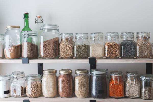 應急食品的基本原則:能量密度高,體積小,營養全面,適合長期保存。
