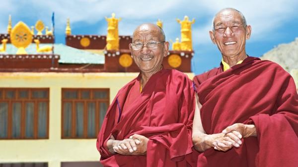 小孩主动走到西藏僧侣面前,显得很亲近。