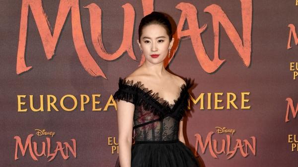 主演的迪士尼電影《花木蘭》(Mulan)的女星劉亦菲,因曾公開撐香港警察暴力鎮壓,因而惹來港人和海外觀眾不滿,連帶電影也遭到杯葛。