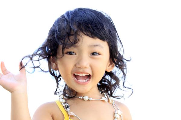 这个小孩可能像她小时侯一样,很多事都明白。