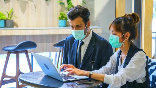 避免病毒入侵的重點,要選對口罩,並正確配戴、換洗、處置用過的口罩。