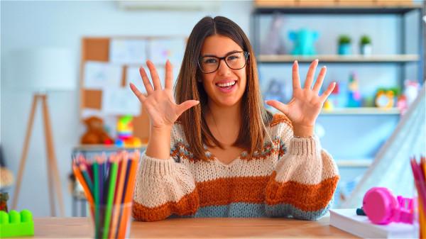 防疫期間,戴眼鏡者每天早晚可用酒精擦拭消毒,且暫時別戴隱形眼鏡或角膜放大片。