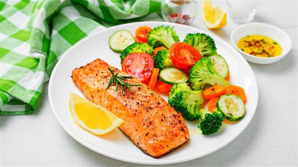 建議每周至少食用兩份高脂肪魚,例如鮭魚、鯡魚、鯖魚等。