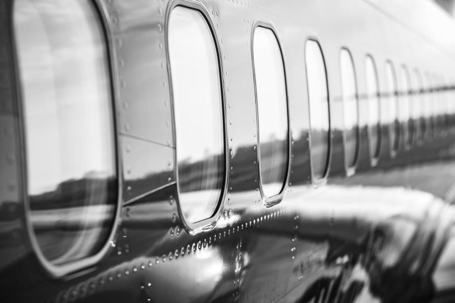 如果你看得足夠仔細,你會發現飛機外殼的蒙皮上有許多鉚釘。