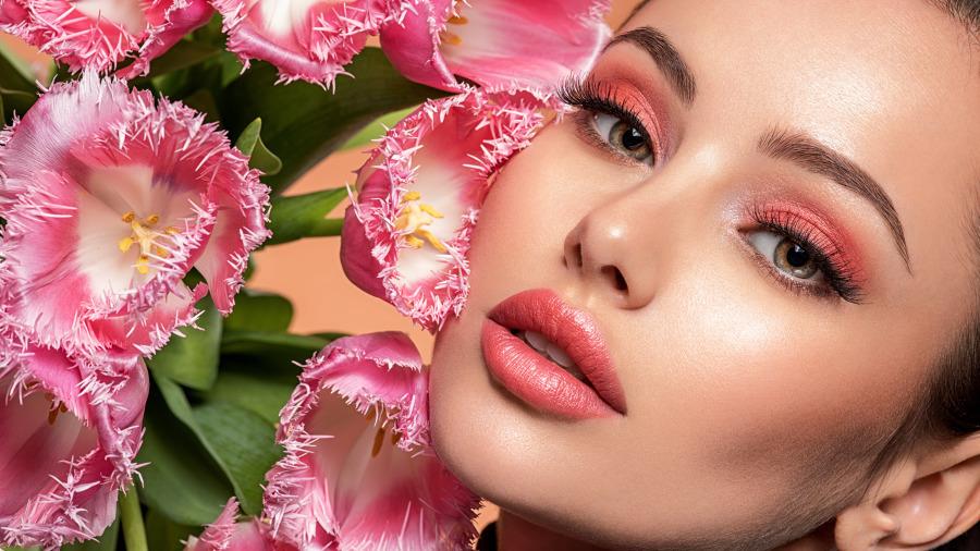 市面上普通的口红一般都是用人工染色剂加化学胶质制作而成。