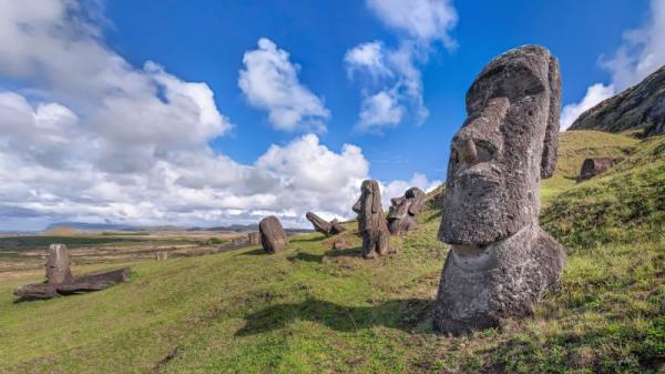 复活节岛遍布着1000多尊巨大无比的巨人石像。