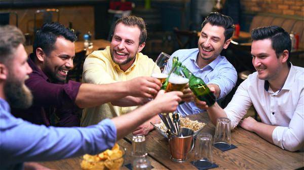 喝酒后心跳会加速,血压升高,增加心脏的负担,容易诱发心梗。