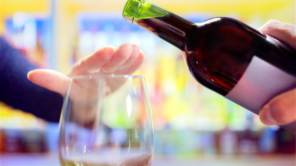 酒會對身體很多損害,為了健康要少喝酒和不喝酒。