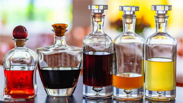 經常喝酒容易對身體健康造成損傷,很多肝臟疾病都是長期喝酒所引發的。