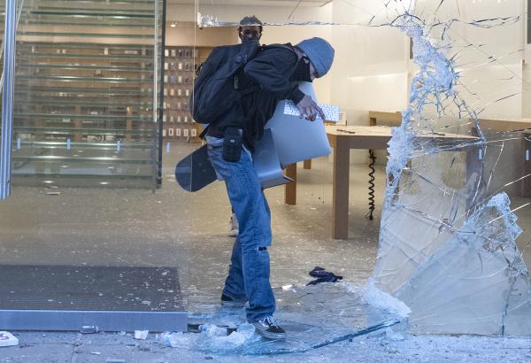 美国骚乱 抢劫 苹果产品