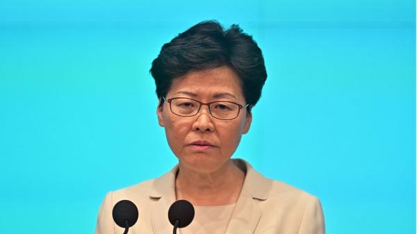 香港行政�L官林�月娥表示,年�p一代出�F���}可能是「教育被『政治化』的���}」,已要求教育局局�L制定���,全面在�W校�乳_展有�P《港�^��安法》、��歌法等的教育。�Y料照。