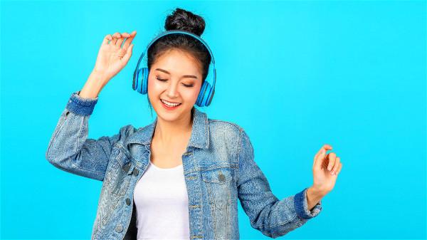 聽輕音樂能讓心情放鬆,避免過於壓抑。